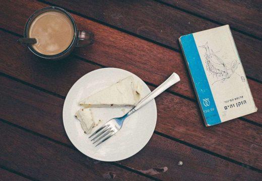 În Botoșani este o patiserie care oferă o prăjitură pentru o carte